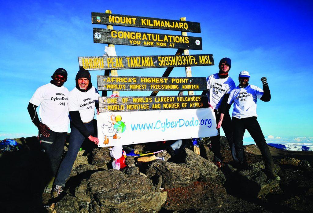 L'équipe de l'ONG CyberDodo au sommet du Kilimandjaro pour lancer un appel en faveur des Droits de l'Enfant